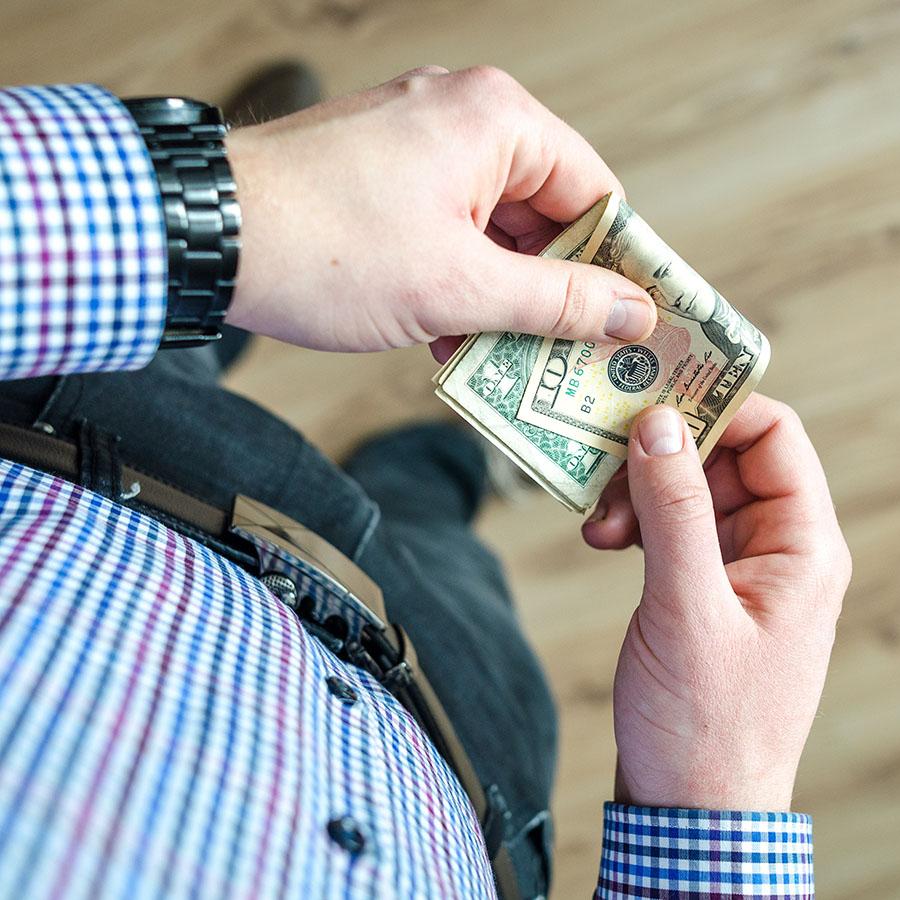 Ile zarabia projektant UX? Dane z całego świata
