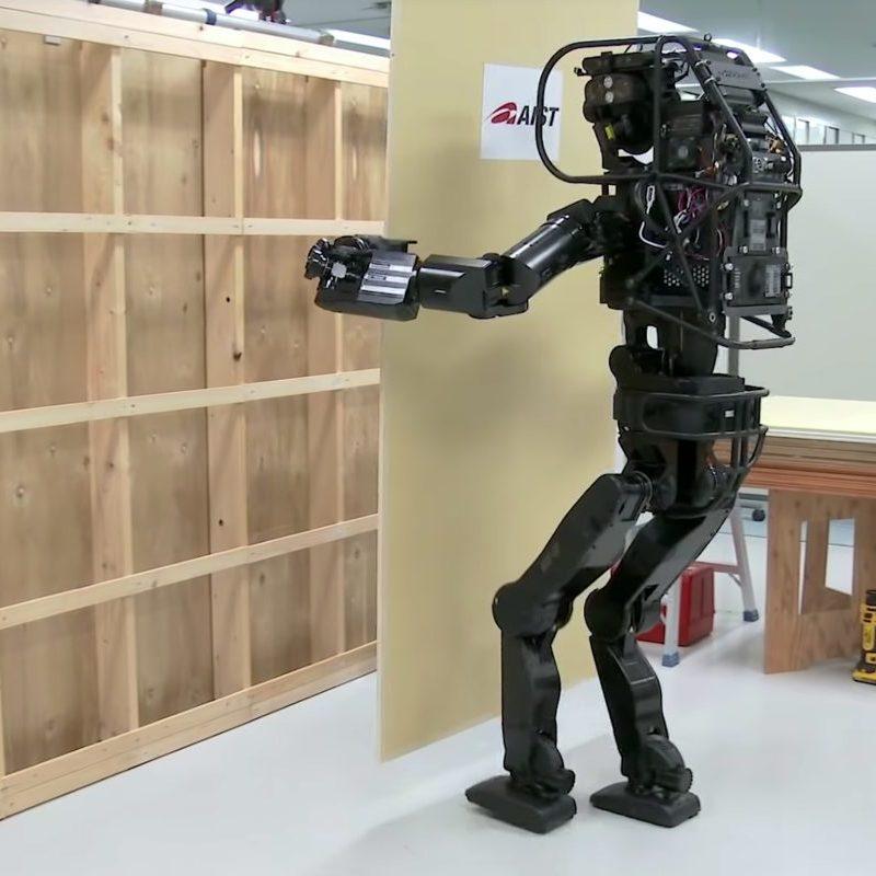 Ten japoński robot-budowlaniec jest w stanie postawić ścianę