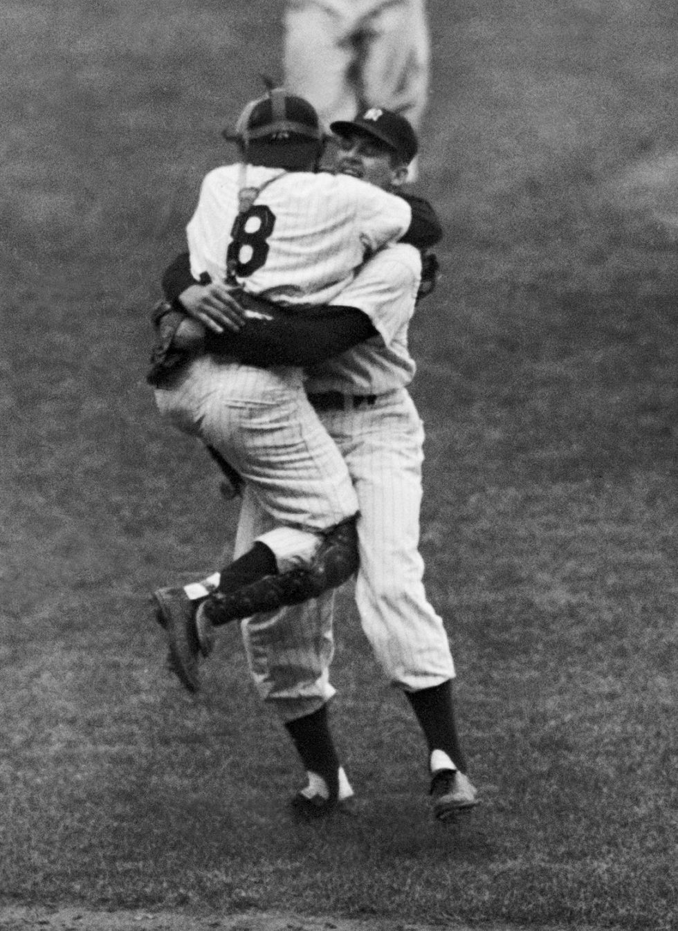 Perfect Game - Yogi Berra w objęciach Don Larsen