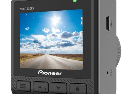 Mała i niedroga, ale przy tym markowa kamerka do auta? Pioneer VREC-130RS