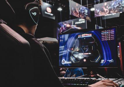 Turnieje e-sportowe po roku wracają do stacjonarnych eventów. Jak koronawirus wpłynął na wirtualne zmagania?