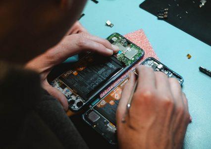 """Smartfony i komputery """"żyją"""" zaledwie po kilka lat. Polacy pomagają w recyklingu elektroniki"""